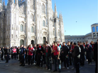 arsenal fans outside the duomo