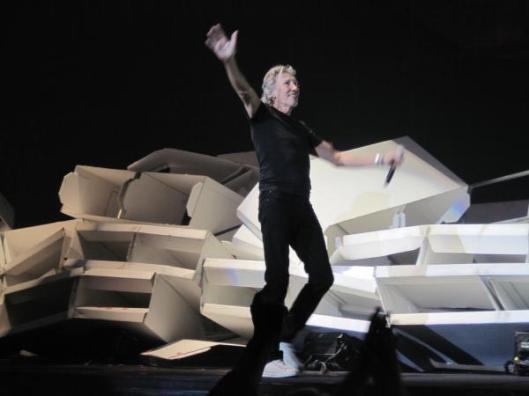 roger-waters-the-wall-falls